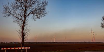 Deze rookwolken boven de Nederlands/Duitse grens zijn afkomstig van paasvuren in Duitsland. De foto is zaterdagavond genomen vanaf de Rhederweg in Bellingwolde. Foto: Huisman Media