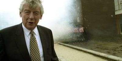 Wim Kok opent in 2000 de Vensterschool Vinkhuizen in Groningen en steekt bij die gelegenheid vuurwerk af. Foto's: Archief DvhN