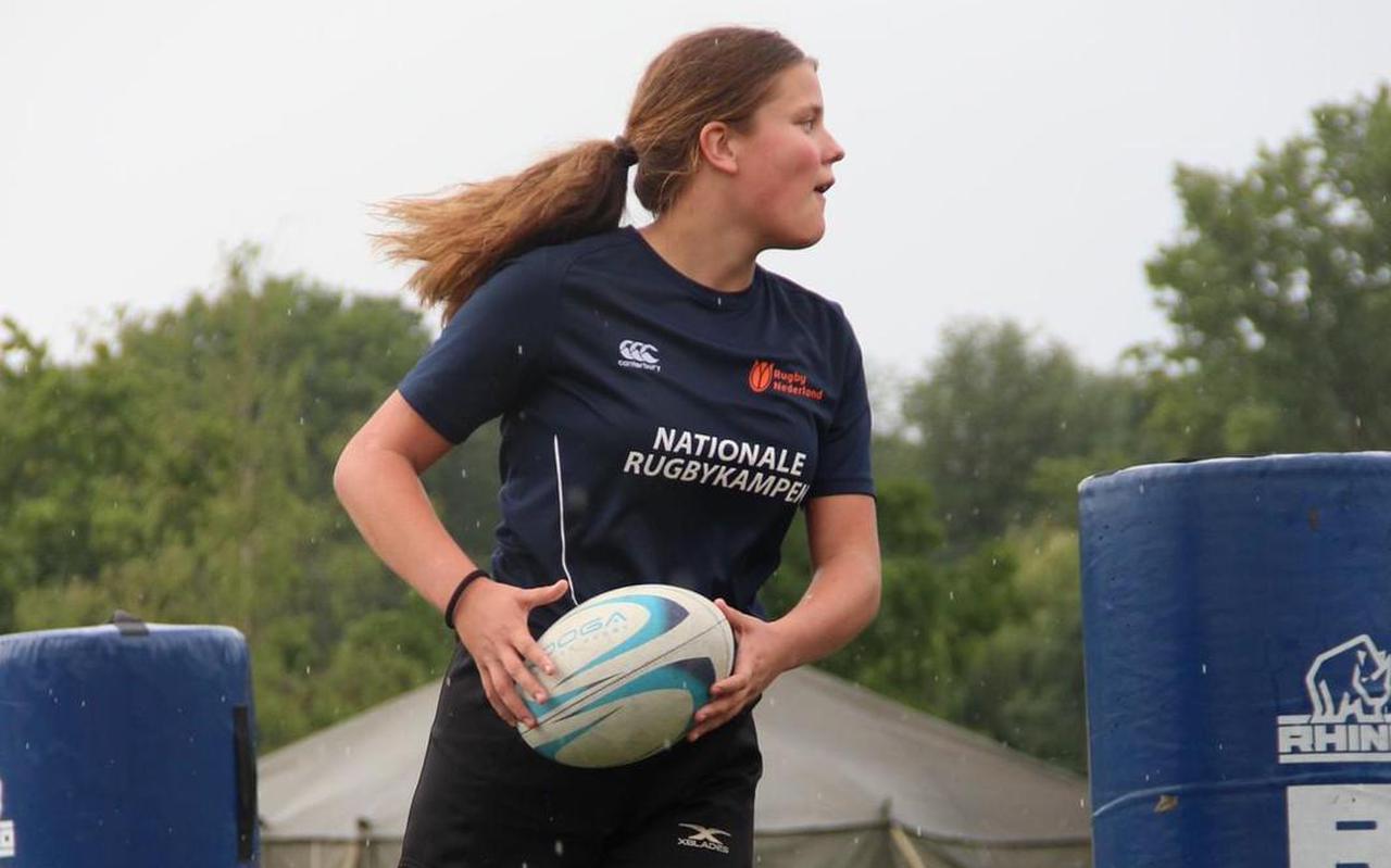 Voor rugbyspeelster Donna Hauptmeijer (17) uit Emmen ligt er een mooie toekomst in het verschiet.