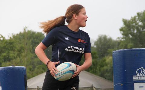Rugbyspeelster Donna (17) uit Emmen is nergens bang voor. 'Als het moet klap ik er extra hard in'