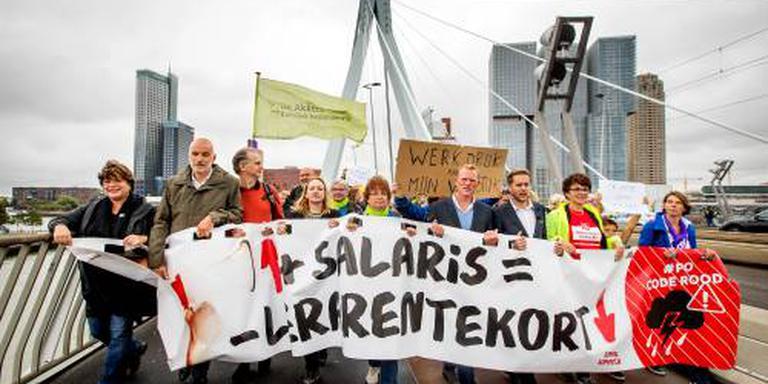 Onderwijzers lopen protestmars door Rotterdam