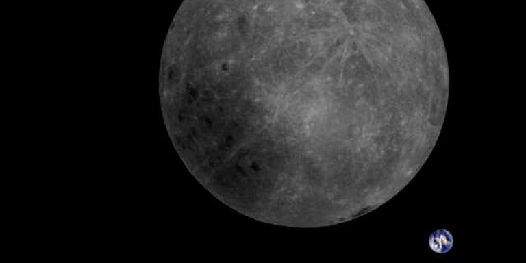 De foto van de maan met de aarde, ontvangen door de radiotelescoop in Dwingeloo. De complete foto is hieronder te zien.