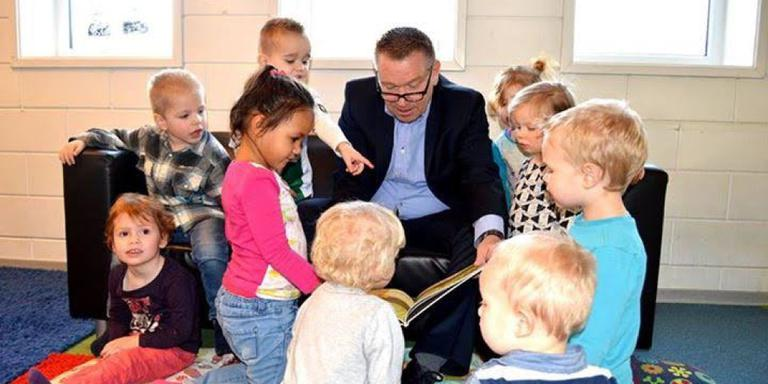 Opa Hans Nijland leest voor. Foto Peter Panneman