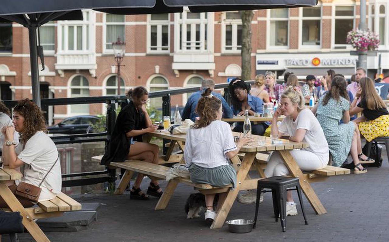 ongeren op een Amsterdams terras.