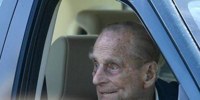 Prins Philip ongedeerd bij auto-ongeluk