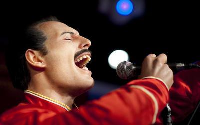 Wassen beeld Freddie Mercury in Berlijn FOTO ANP