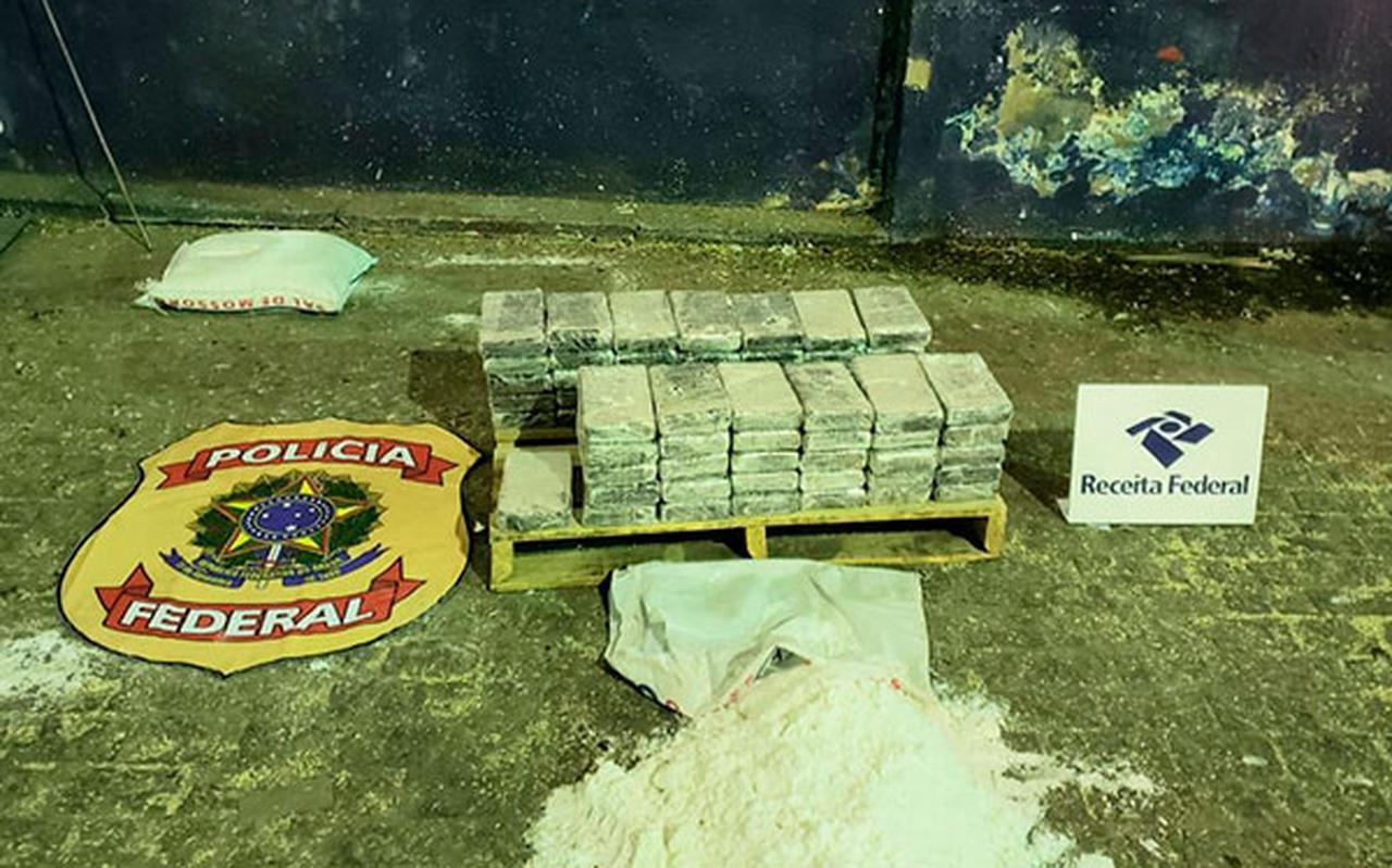 De cocaïne verstopt in zakken zout. De container was onderweg naar Antwerpen. Verdachten uit Emmen zijn hierbij betrokken. Foto: Justitie Brazilië
