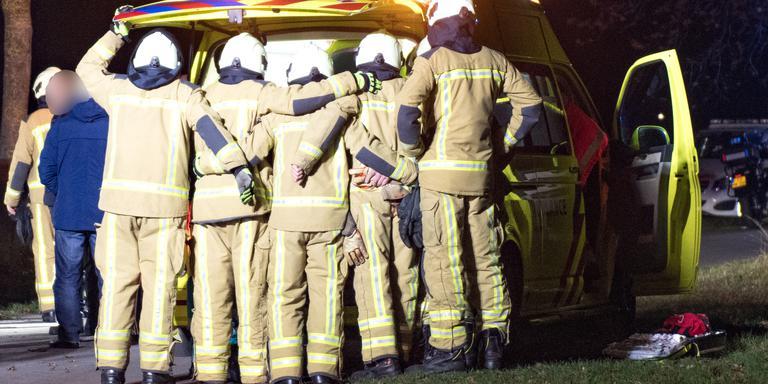 Brandweer vormt menselijk schild tegen gure wind bij ongeval in Kiel-Windeweer.