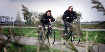 Scholieren dreigen steeds verder te moeten fietsen naar school. Foto: Archief DvhN