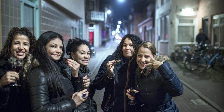 Prostituees op de afscheidsborrel van de buurt Foto Corné Sparidaens