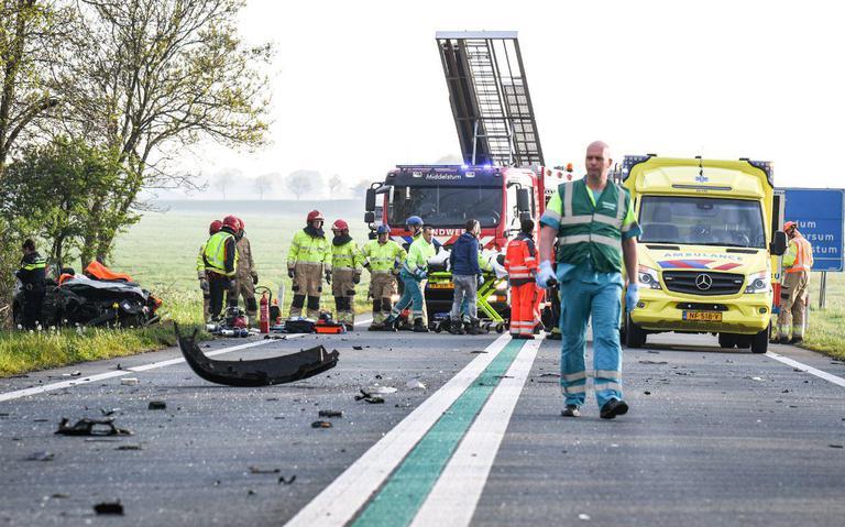 Frontale botsing tussen twee autos op N46 bij Westerwijtwerd.