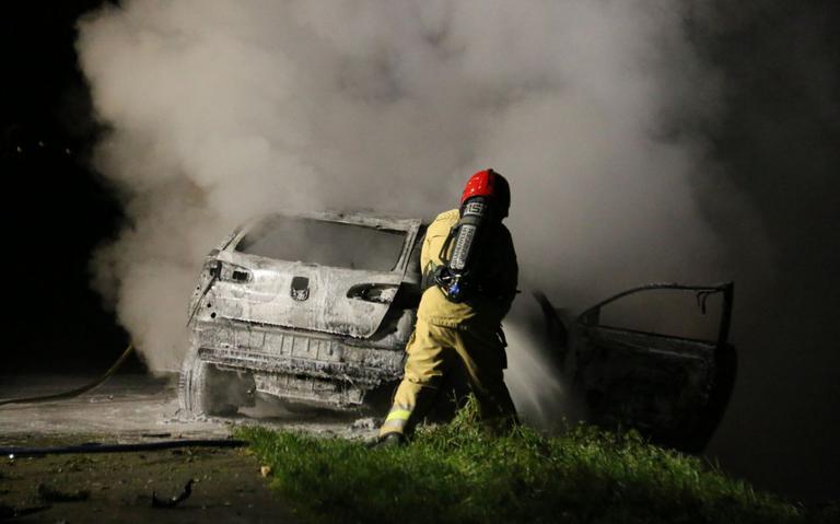 Auto brandt uit na botsing met boom in Nieuw-Beerta.