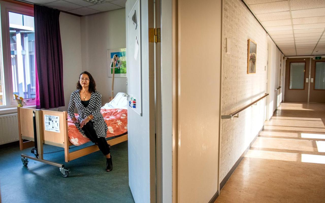 Clusterhoofd Ellen van Ligten toont een kamer die voor quarantaine gebruikt wordne kan.