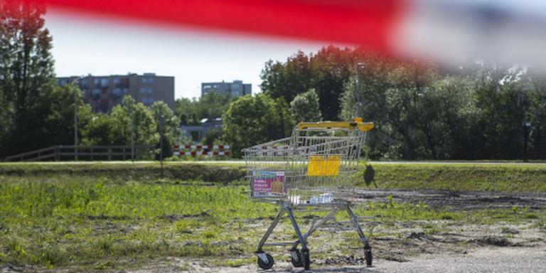Een winkelwagen achter een afzettingslint van de politie voor de vestiging van supermarktketen Jumbo bij de Euroborg.