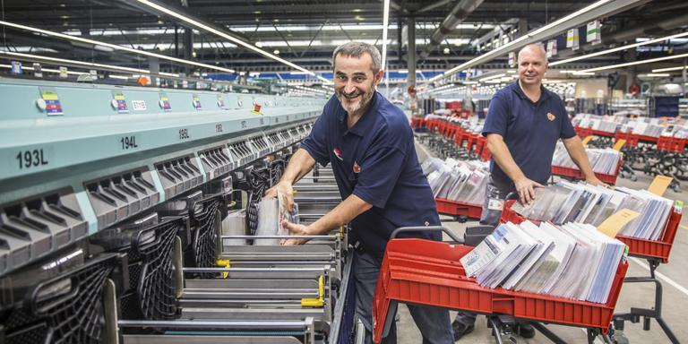 Postsorteerders Hans en Dervies aan het werk. Foto Shody Careman