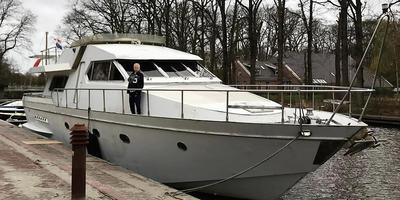 Het schip van Endstra is niet van de ouders van Seven, maar hij wil er graag mee op de foto. Foto: DvhN