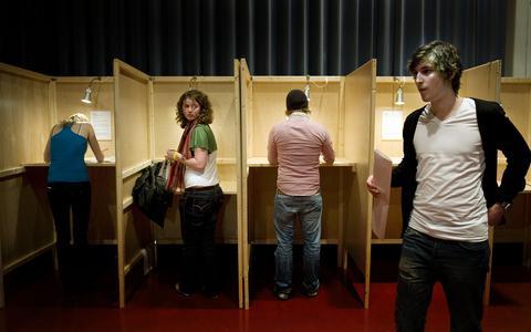 Voor het eerst naar de stembus, maar welke keuze maak je? (2) 'Ik raak alleen maar verder verstrikt in het doolhof van de democratie' | verkiezingen
