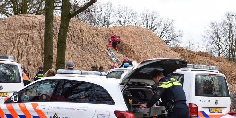 Een van de meisjes wordt uit het rulle zand in Emmen gehaald. Foto: De Vries Media