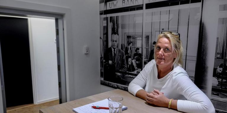 Martine Beks in de voormalige kluis van de Regiobank in Ten Boer, het enige deel van het pand dat geen versteviging behoeft. Foto Jan Zeeman.