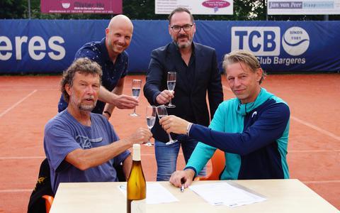 Grootste tennisclub van Drenthe laat champagneflessen knallen. Tennisclub Bargeres uit Emmen bestaat 40 jaar