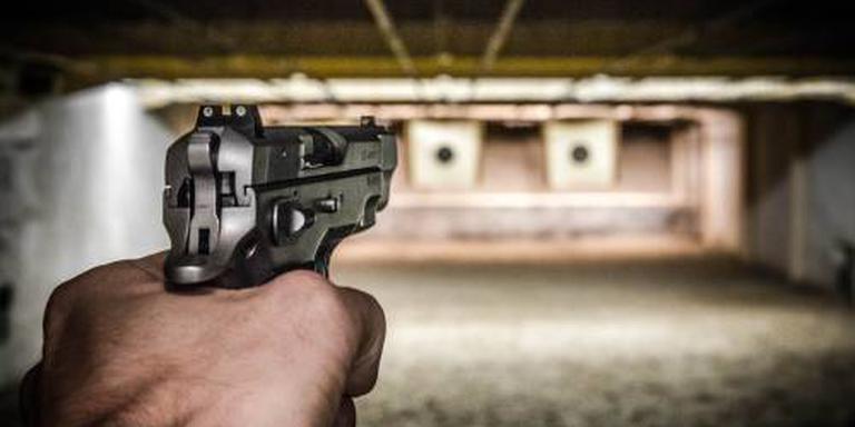'Kogel afgeketst op gehoorbeschermer agent'