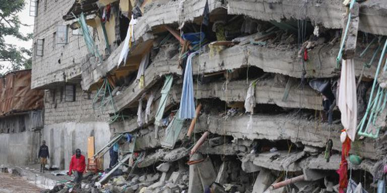 Baby gered uit ingestort gebouw Kenia