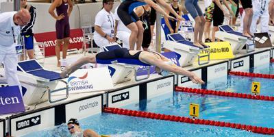 Estafettezwemsters als snelste naar finale