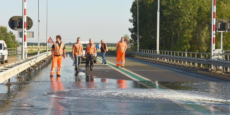 De Eelwerderbrug wordt met water gekoeld. HIj kan alweer een stukje dicht, maar sluit nog niet helemaal. Foto: De Vries Media