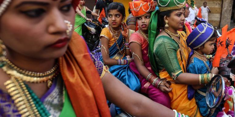 Indiase vrouw welkom in belangrijke tempel