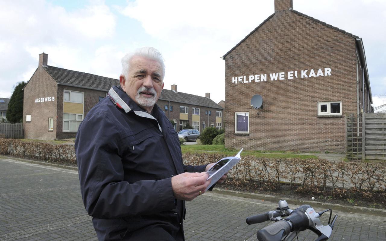 Tinus Boerhof, al 48 jaar wijkbewoner, bij een van de panden met een spreuk. Foto Henk Benting