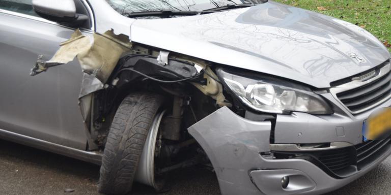 Een automobilist botste op een geparkeerde auto (Foto: 112Groningen)