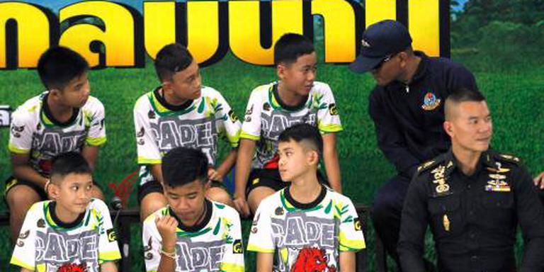 Thaise voetballers uit grot weer naar school