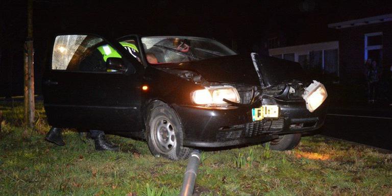 Automobiliste raakt gewond na omver rijden lantaarnpaal
