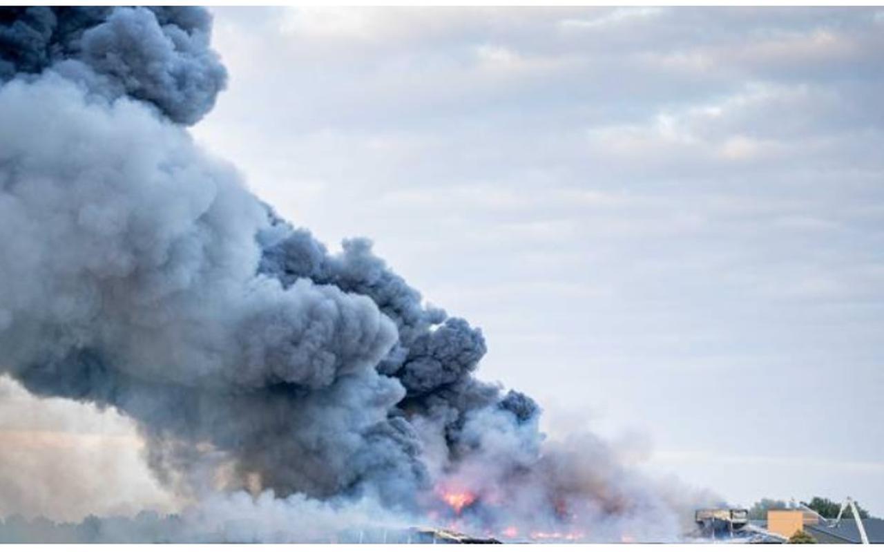 Brand verwoestte de kippenschuren in Kiel-Windeweer. Foto: ANP