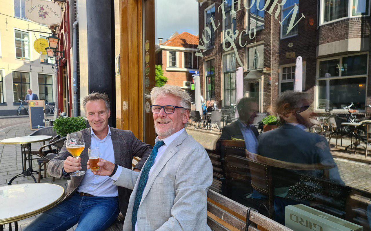 Robert Pestman (rechts) en Wybren van Haga heffen het glas opd e samenwerking.
