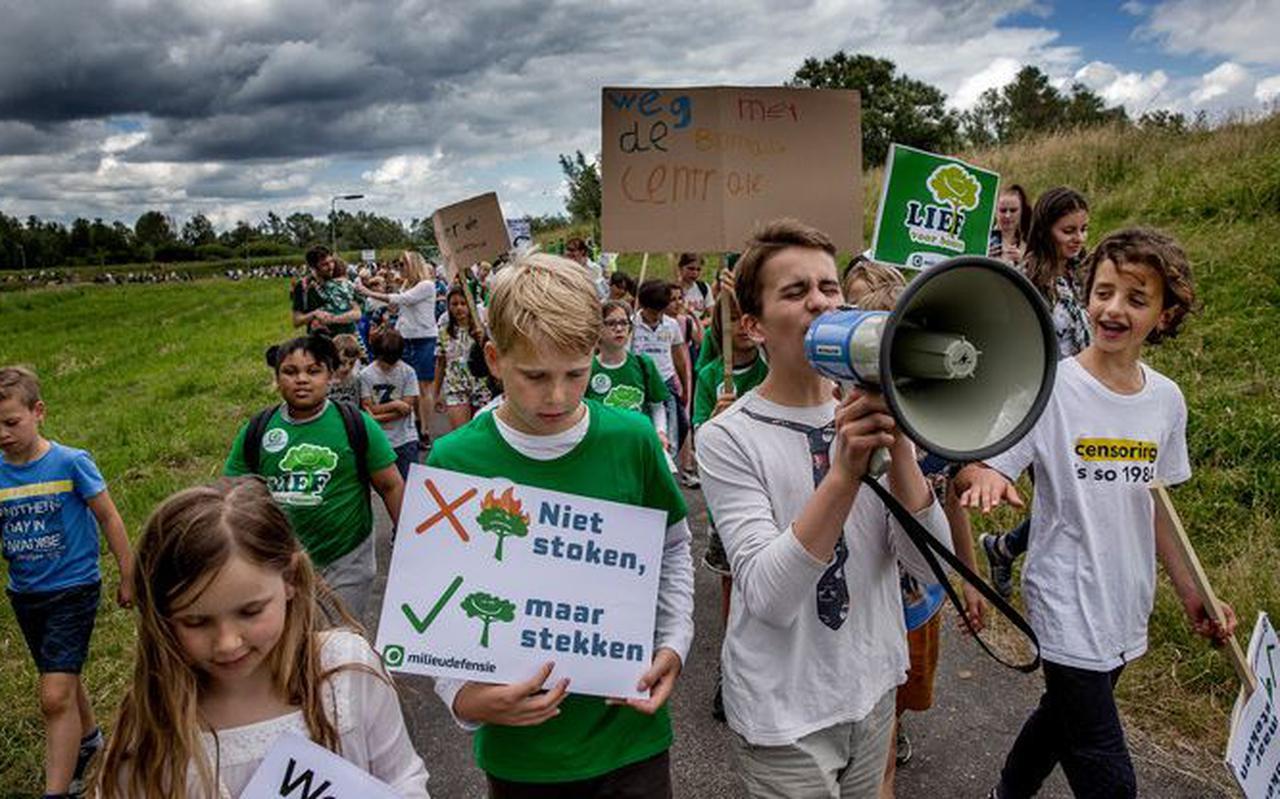 Afgelopen zomer demonstreerden kinderen tegen de grootste biomassacentrale van Nederland die Vattenfall wil bouwen ten oosten van Amsterdam.