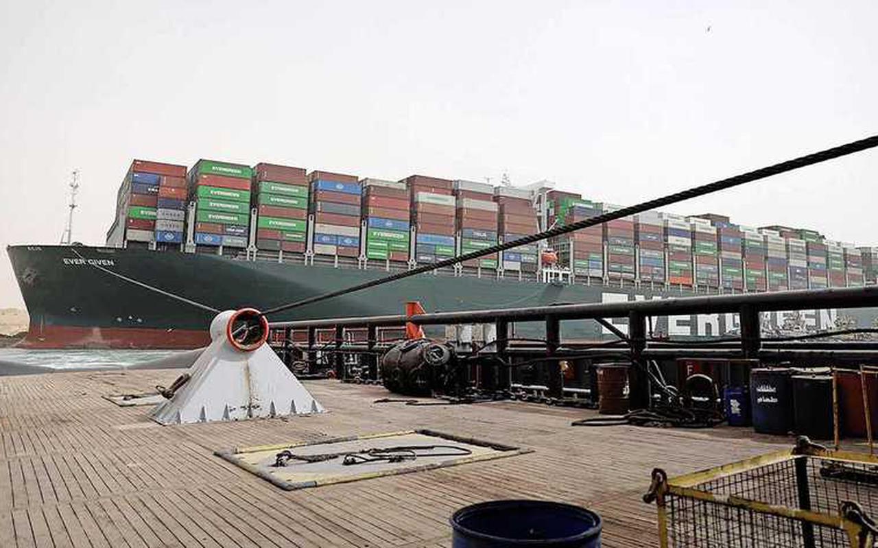 Het gestrande containership blokkeert het Suezkanaal.
