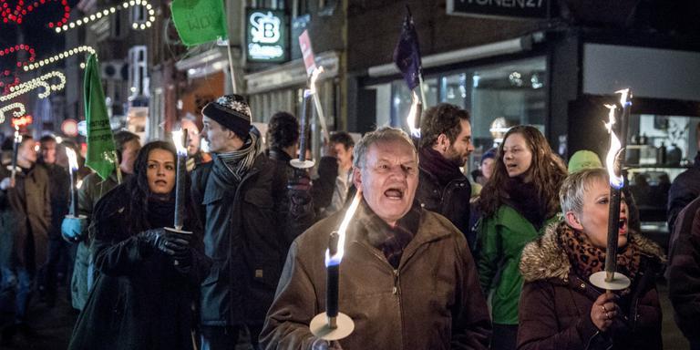 Fakkeloptocht in de Oosterstraat uit protest tegen de nog steeds forse gaswinning in Groningen. Foto: Pepijn van den Broeke