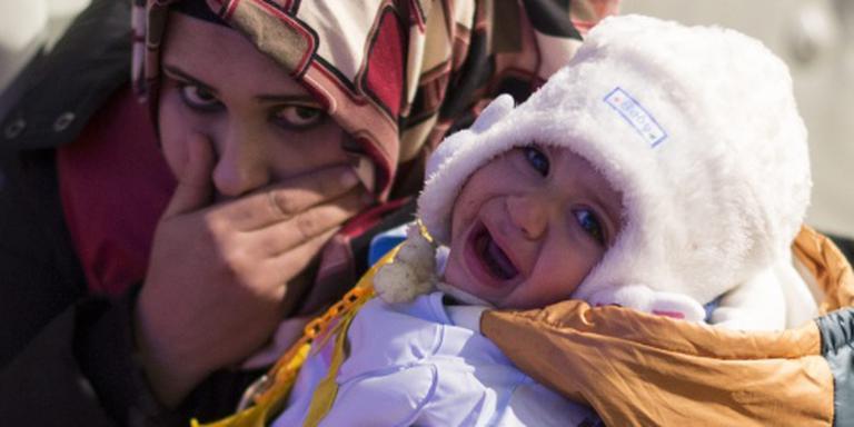 Bootvluchtelingen steken over in winterkou