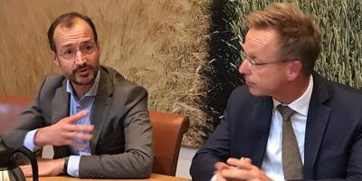 Minister Wiebes (l.) en de Groninger commissaris Paas tijdens de persconferentie. Foto: DvhN