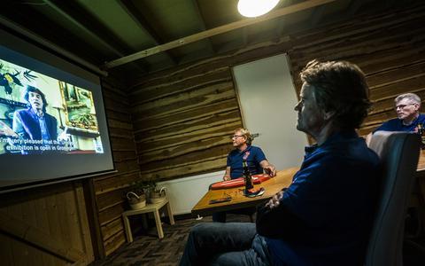 Deze Stonesfans kijken in Zuidlaren naar Mick Jagger die de opening verricht van de expositie Unzipped in het Groninger Museum.