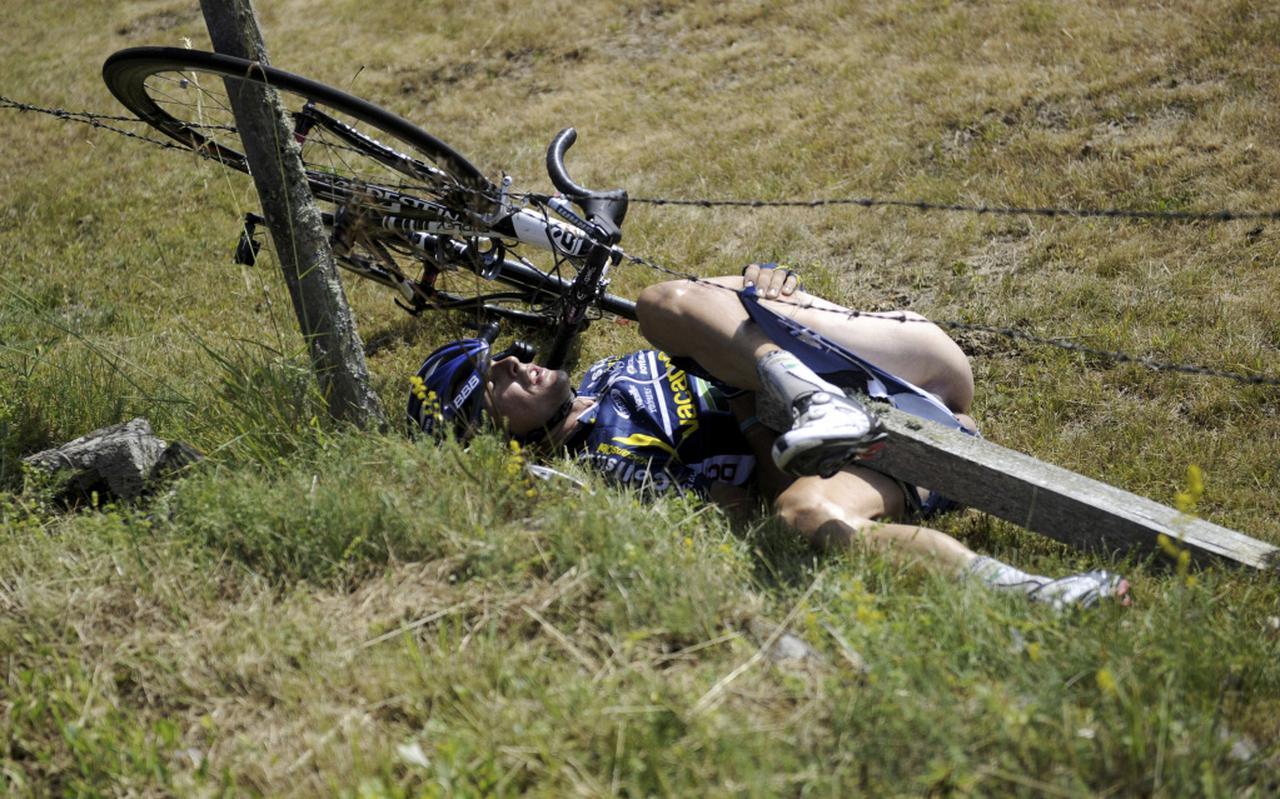 In 2011 werd wielerminnend Nederland opgeschrikt door een valpartij van Johnny Hoogerland, die tijdens een etappe van de Tour de France in het prikkeldraaf belandde. FOTO AFP/LIONEL BONAVENTURE