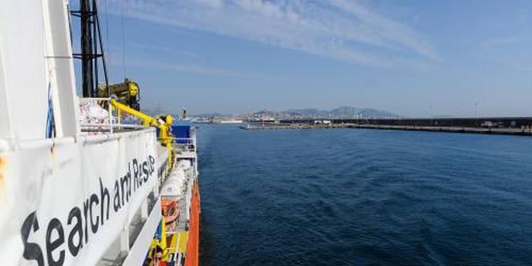 Aquarius haalt 141 migranten uit zee