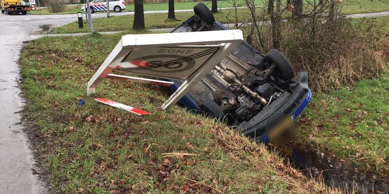 Auto belandt op de kop in sloot na ongeval bij Marum.