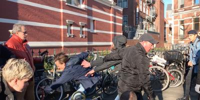 Het opstootje op het Emmaplein in Groningen, het afgelopen weekend tijdens de intocht van Sinterklaas. Foto: DvhN