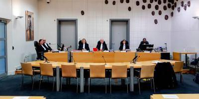 De rechters van de meervoudige strafkamer in Assen (midden) en officieren van justitie (rechts)