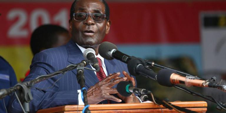 Mugabe toont vuist na vraag over pensioen
