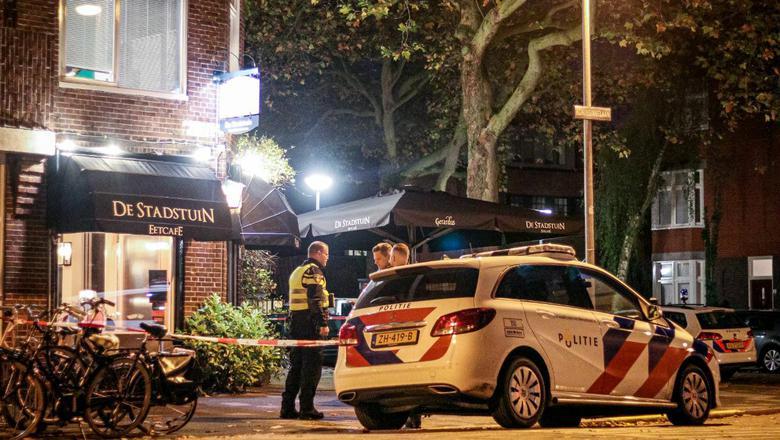 De politie zoekt sporren na de overval op eetcafë De Stadstuin. Foto: Pronews