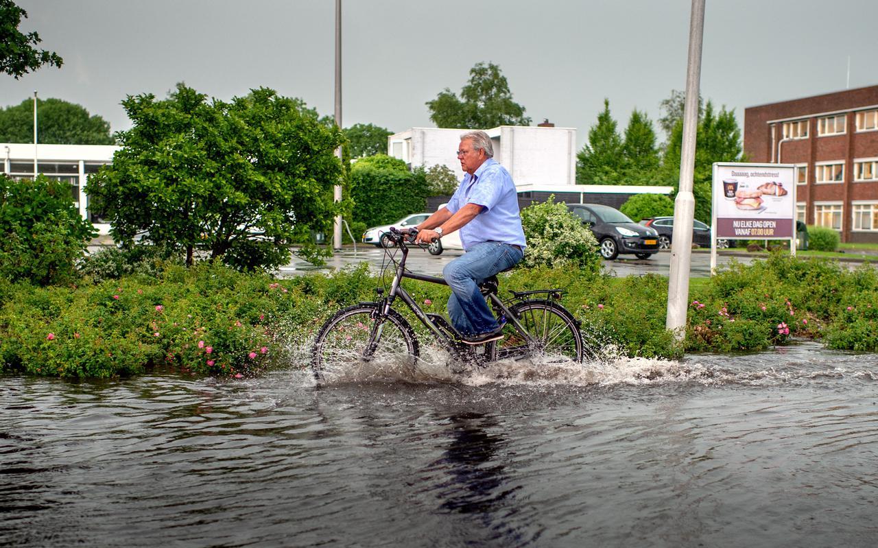 Extreme neerslag en langdurige droogte nopen de waterschappen tot kostbare maatregelen.