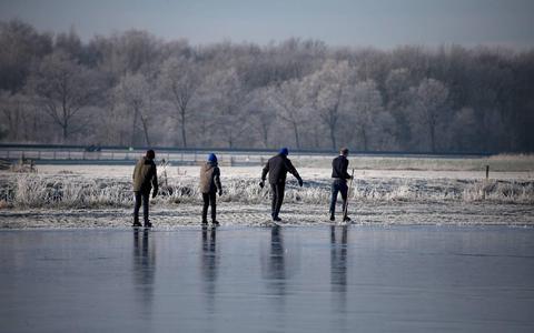 Schaatswaaghalzen opgelet: dit moet je (juist niet) doen als je door het ijs zakt
